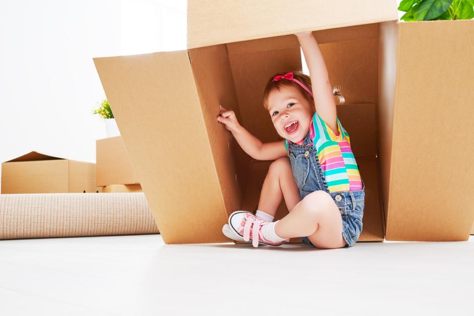 enfant-déménage-carton